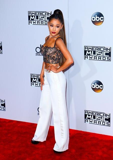 """""""Tiểu Mariah"""" Ariana Grande nhận được nhiều lời khen với bộ trang phục hết sức dễ thương nhưng không kém phần gợi cảm"""