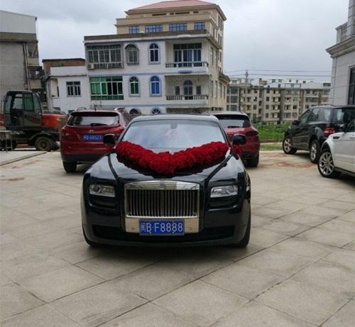 Chiếc siêu xe với biển tứ quý 8888 trong đoàn rước dâu.