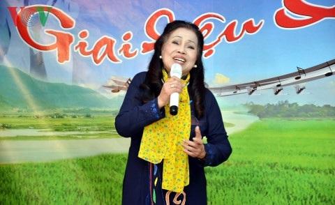 Ca sĩ Ngọc Minh, nguyên diễn viên Nhà hát nhạc vũ kịch hát bài Những con đường Việt Nam.