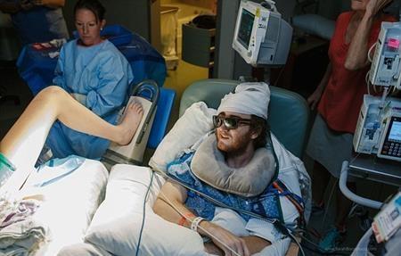 Khi Jessica lên cơn đau đẻ, các bác sĩ đã đưa anh đến phòng sinh