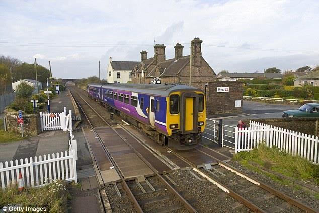 Theo mạng lưới đường sắt, gần 3/10 (29%) thanh niên dưới 25 năm tuổi thừa nhận sử dụng điện thoại khi đi qua chỗ đường xe lửa đi ngang qua đường cái như trong hình.
