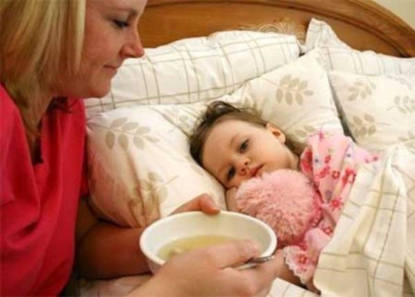 Cho trẻ ăn lỏng, chia nhiều bữa và bổ sung dưỡng chất để giúp trẻ ăn ngon miệng hơn (Ảnh internet)