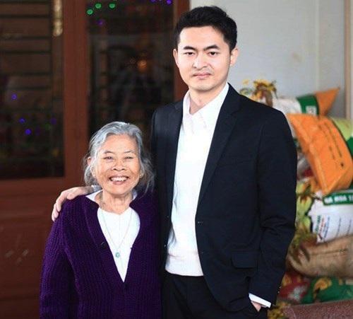 Bà ngoại vui mừng biết tin Minh trúng tuyển vào Google.