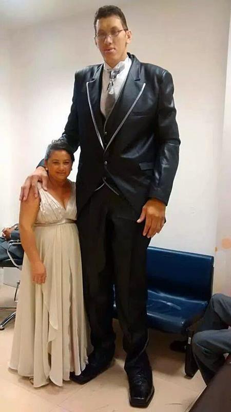 Trái ngược với chồng, Evem chỉ cao vỏn vẹn 1,5 mét