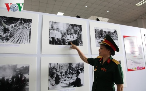 Bà Phạm Thị Yến xúc động chia sẻ những kỷ niệm về thời gian hoạt động trên đường Hồ Chí Minh trên đất bạn Lào.