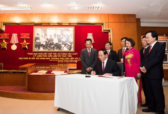 Chủ tịch nước viết lưu bút tại Phòng truyền thống của trường.