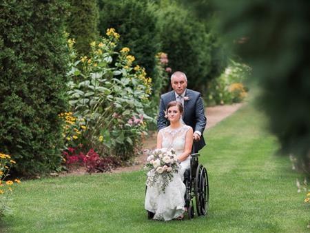Bố Hannah đẩy con gái cùng chiếc xe lăn vào lễ đường
