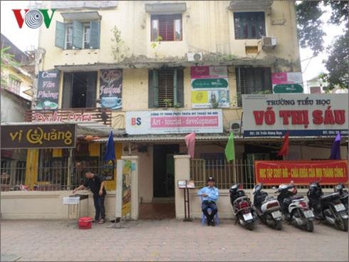 Trường tiểu học Võ Thị Sáu, quận Hoàn Kiếm, Hà Nội chung sân với một số nhà dân và hộ không ở nhưng lại cho nhà hàng ăn uống thuê