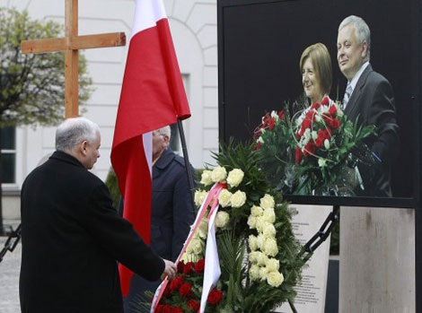 Người em song sinh Jaroslaw Kaczynski đặt vòng hoa trước bức chân dung của anh trai, cựu Tổng thống Lech Kaczynski và phu nhân Maria Kaczynska, tại Phủ Tổng thống Warsaw.