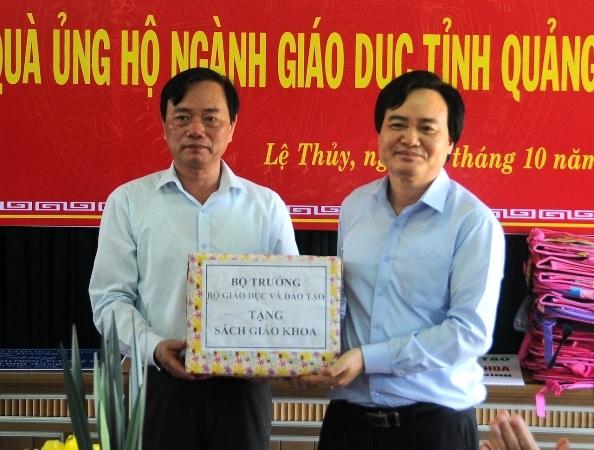 Bộ trưởng Nhạ tặng sách giáo khoa cho học sinh vùng lũ thuộc huyện Lệ Thủy, Quảng Bình