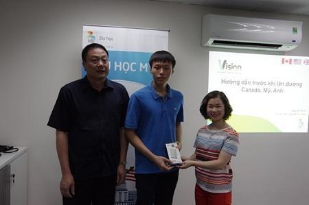 Võ Văn Mạnh (ở giữa) – sinh viên American University