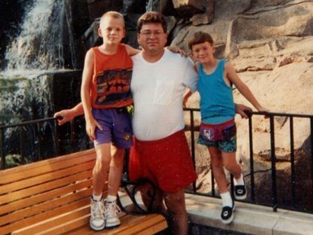 Richard chụp ảnh bên hai con trai Matthew và Doug