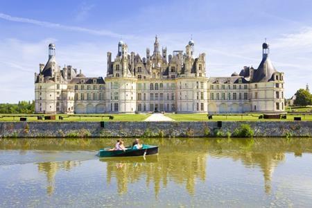 """Lâu đài Chambord tại Pháp không chỉ gây ấn tượng khi sở hữu 426 phòng, 282 lò sưởi, 77 cầu thang mà nơi đây còn khiến nhiều du khách thích thú liên tưởng tới tòa lâu đài tráng lệ trong bộ phim """"Người đẹp và Quái vật"""""""