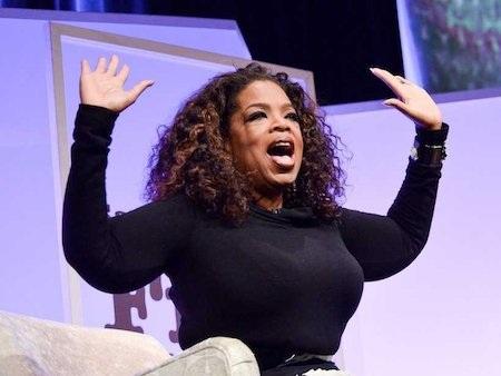 """Oprah Winfrey được mệnh danh là """"bà hoàng truyền thông"""" của nước Mỹ. Tuy nhiên, để có được vị trí như ngày nay, bà đã phải nỗ lực hết mình vượt khó vượt khổ. Oprah Winfrey từng bị từ chối vì bị cho là không phù hợp để lên sóng truyền hình, nhưng bằng tài năng và nghị lực phi thường, Oprah Winfrey đã đưa sự nghiệp của mình vươn tới đỉnh cao khi làm chủ cả một chương trình mang tên """"The Oprah Winfrey show""""."""