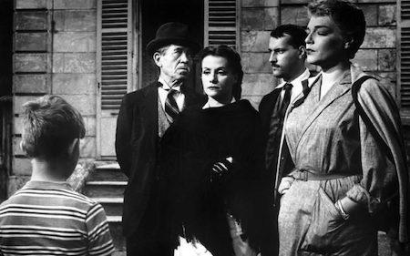 """""""The night of the hunter"""" cũng có cùng năm ra mắt với bộ phim kinh dị Pháp nổi tiếng là """"Les Diaboliques"""". Được dựa theo tiểu thuyết """"Celle qui n'était plus"""" của Pierre Boileau và Thomas Narcejac, chuyện phim kể về bà vợ và cô bồ của một hiệu trưởng cùng nhau giết chết ông ta và giấu xác đi. Nhưng sau đó, cái xác biến mất và từ đó nhiều chuyện quái lạ đã xảy ra. Từng được tạp chí Time xếp vào một trong số 25 tác phẩm điện ảnh rùng rợn đỉnh cao, khỏi nói cũng có thể hình dung mức độ """"hù doạ"""" người xem của """"Les Diaboliques"""" cao tới mức nào."""