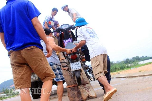 Bình Định: Dân sợ băng dòng lũ, xe tải kiếm tiền triệu mỗi ngày - 3