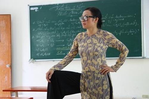 Ca sĩ Phương Thanh trong vai một giám thị khiến mọi học sinh phải sợ hãi