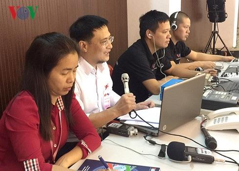 Các phóng viên, kỹ thuật viên VOV tường thuật buổi nói chuyện của Tổng Bí thư Nguyễn Phú Trọng tại ĐHQG Lào