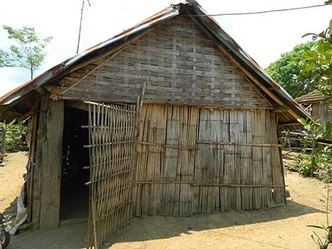 Ngôi nhà từ những tấm phên tre cũ nát của chị Hờ Riu.