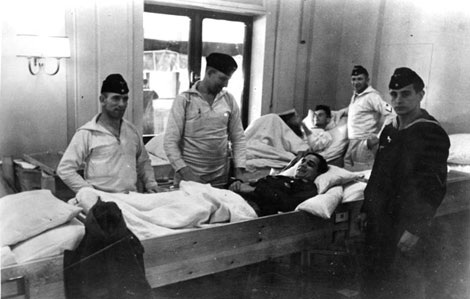 Một lính Đức bị thương được điều trị trên tàu Wilhelm Gustloff khi nó còn là tàu bệnh viện.