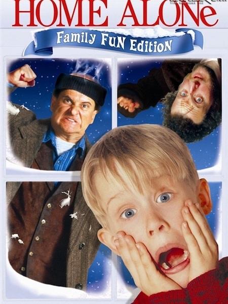 """Được ra đời từ năm 1990 nhưng đến nay """"Home alone"""" vẫn luôn là một trong những sự lựa chọn hàng đầu cho ngày Giáng sinh. Bộ phim kể về cậu bé 8 tuổi Kevin McAllister bị gia đình bỏ quên ở nhà khi đi nghỉ lễ. Ở nhà một mình, cậu bé đã nghĩ ra đủ trò để quậy phá và một mình chống chọi lại hai tên trộm ngốc nghếch là Harry và Marv. Cho đến nay, """"Home alone"""" vẫn được coi là một trong những bộ phim """"hút"""" khách nhất của điện ảnh Hollywood và được nhiều thế hệ khán giả Việt Nam yêu thích vô cùng."""