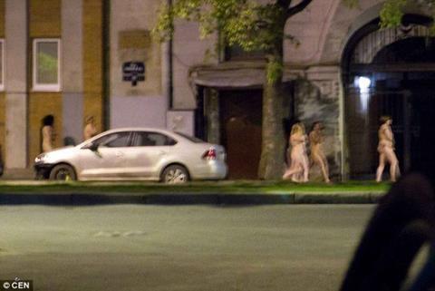 Cảnh sát phạt gái mại dâm và khách làng chơi khỏa thân diễu phố ở Nga