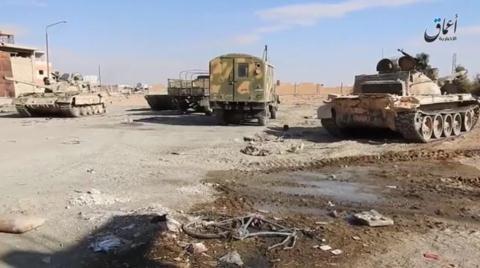 Xe tăng và ô tô chiến đấu của quân chính phủ Syria và Nga bỏ lại ở Palmyra.