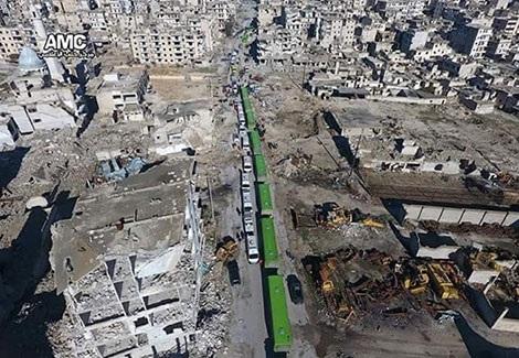 Đoàn xe vận chuyển lực lượng phiến quân trên đường phố Aleppo ngày 15-12.
