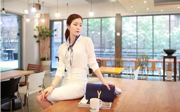 Những chiếc váy có gam màu trắng hoặc pastel nhã nhặn thì khăn voan họa tiết chính là điểm nhấn nổi bật