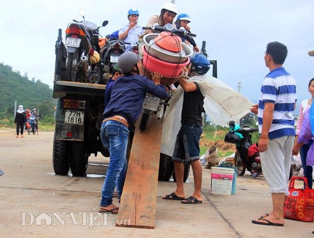 Bình Định: Dân sợ băng dòng lũ, xe tải kiếm tiền triệu mỗi ngày - 10