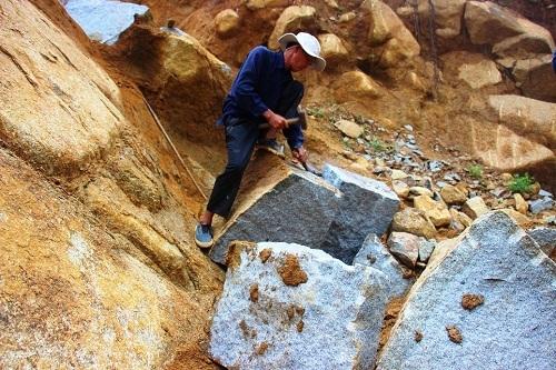 """Dẫu nguy hiểm rình rập… thế nhưng những phu đá vẫn quyết bám trụ với nghề. Họ """"vật lộn"""" cùng những tảng đá lớn trên đồi, để kiếm cơm và tiếp bước cho những đứa trẻ đến trường."""