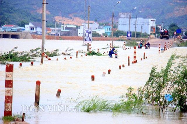 Toàn huyện có 14 nhà dân bị sập, 2 cầu gỗ bị cuốn trôi, nhiều vùng bị cắt điện.