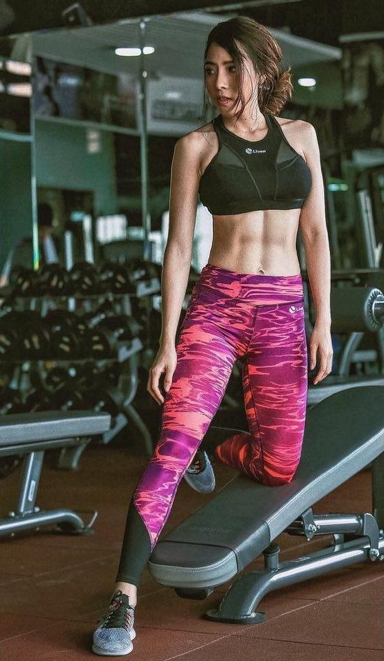Bích Hạnh chăm chỉ tập gym để cải thiện dáng vóc