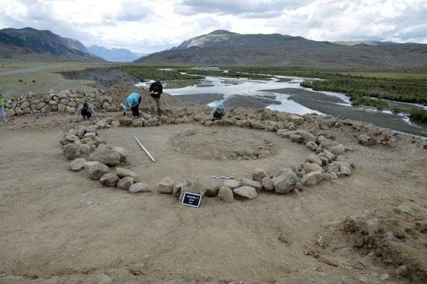Gương đồng, lá vàng và áo lông thú cũng được tìm thấy trong ngôi mộ.