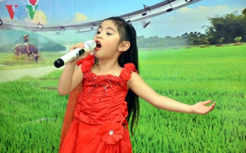 Ca sĩ nhí Ngọc Thảo hát bài Quê hương.