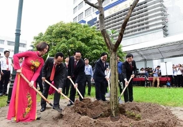 Chủ tịch nước trồng cây lưu niệm tại trường