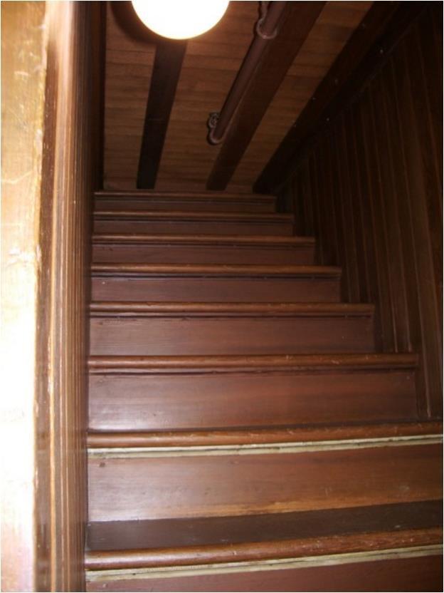 Cầu thang không dẫn tới đâu trong ngôi nhà bí ẩn Winchester. (Wikimedia Commons)