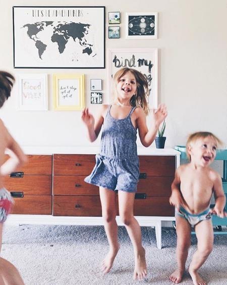 Những đứa trẻ trở nên sáng tạo, gắn bó và dần hài lòng với số đồ chơi ít ỏi