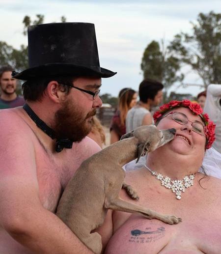 """Rowan đã lập tức đồng ý khi Monique đề nghị tổ chức đám cưới """"nude"""""""