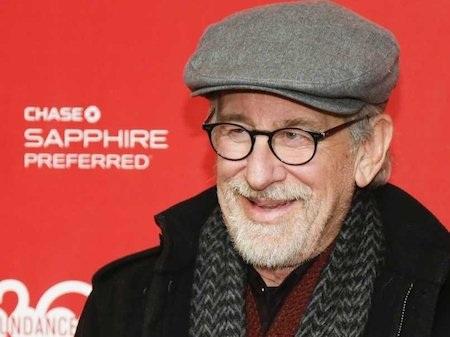"""Steven Spielberg từng đăng ký tới ba lần vào trường điện ảnh của UCLA (Đại học California tại Los Angeles) và trường điện ảnh truyền hình của USC (Đại học Nam California) nhưng đều không được nhận vì chỉ tốt nghiệp cấp ba với điểm trung bình loại C. Bất chấp những khó khăn này, Steven Spielberg vẫn vươn lên trở thành một đạo diễn lừng danh với 3 giải Oscar, 4 giải Emmy và """"cầm trịch"""" 27 bộ phim với doanh thu vượt mốc 9 tỉ đô la Mỹ."""
