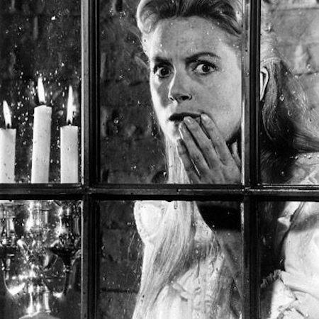 """Dựa trên cuốn tiểu thuyết """"The turn of the screw"""" của Henry James, """"The innocents"""" (1961) không có những nhân vật với dáng vẻ quái dị, máu me hay thẳng tay giết người hàng loạt nhưng sự ám ảnh mà chuyện phim mang lại đến tận bây giờ vẫn không hề giảm sút."""
