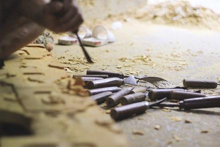 Bộ dụng cụ làm nghề chính chủ yếu là đục, đẽo, cưa…Riêng đục đã có tới hơn 30 chiếc.