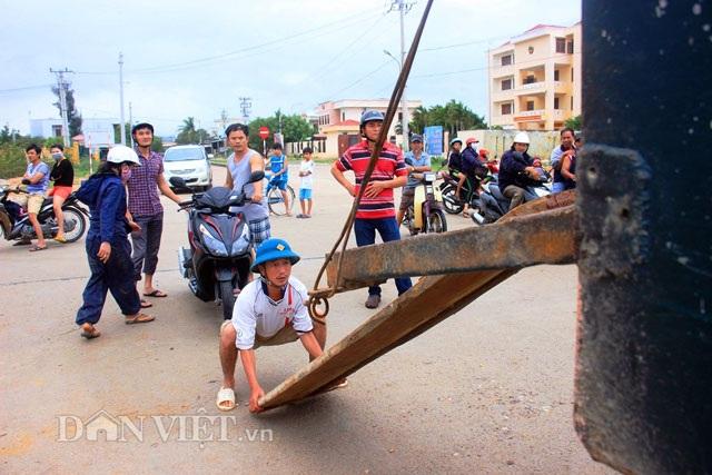 Bình Định: Dân sợ băng dòng lũ, xe tải kiếm tiền triệu mỗi ngày - 4