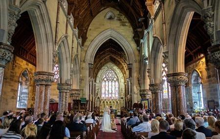 Đám cưới của cặp đôi diễn ra ở nhà thờ và có rất đông quan khách đến tham dự