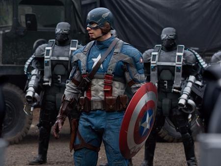 """Không tràn ngập kỹ xảo hiện đại và những pha hành động đến ngộp thở như phong cách thường thấy trong các bộ phim siêu anh hùng nhưng """"Captain America: The first avenger"""" vẫn lấy được thiện cảm từ người xem nhờ cách tiếp cận hoài cổ, có chút u buồn nhưng lại đặt nền móng phát triển rất tốt cho các bộ phim sau của Marvel."""