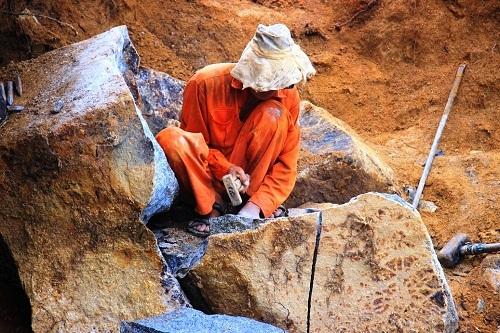 Những phu đá biết đến nghề chẻ đá đa số không học qua trường lớp nào về kỹ thuật khai thác mà chỉ đúc kết từ kinh nghiệm và rút được bài học qua nhiều lần tai nạn nghề nghiệp.