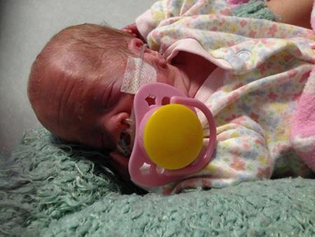Cô bé ra đời khi còn quá nhỏ và gặp phải hàng loạt vấn đề về sức khỏe