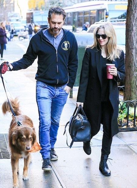 Amanda Seyfried và vị hôn phu Thomas Sadoski sắp đón con đầu lòng