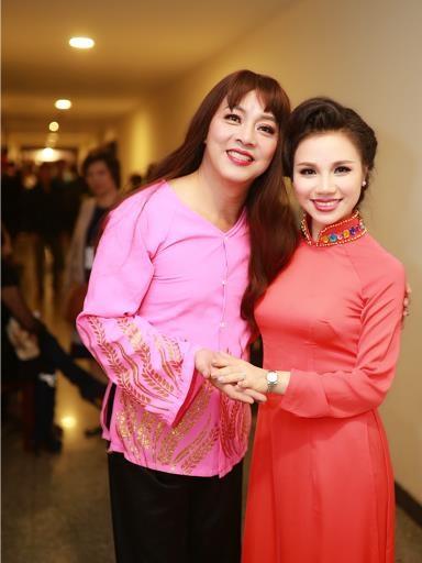 Trong chương trình Tết vạn lộc mùa 2, cô thể hiện tiết mục đầu tiên gây ngạc nhiên về độ chiụ chơi khi cô chuẩn bị trang phục đặc sắc, độc đáo tại Việt Nam. Được biết, cô là một người ca sỹ có sở thích đam mê áo dài, những áo dài cô mua đều là những hàng độc của các NTK nổi tiếng của Việt Nam. Đặc biệt hơn, cô mở cửa hàng cho thuê áo dài dành tặng các chị em nghệ sỹ khi đứng trên sân khấu.