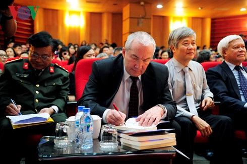 Tác giả Aleksandr Putin ký tặng sách.